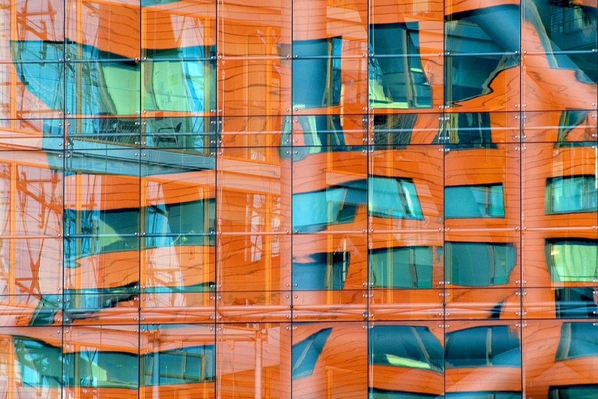Spiegelung im Stadttor Düsseldorf