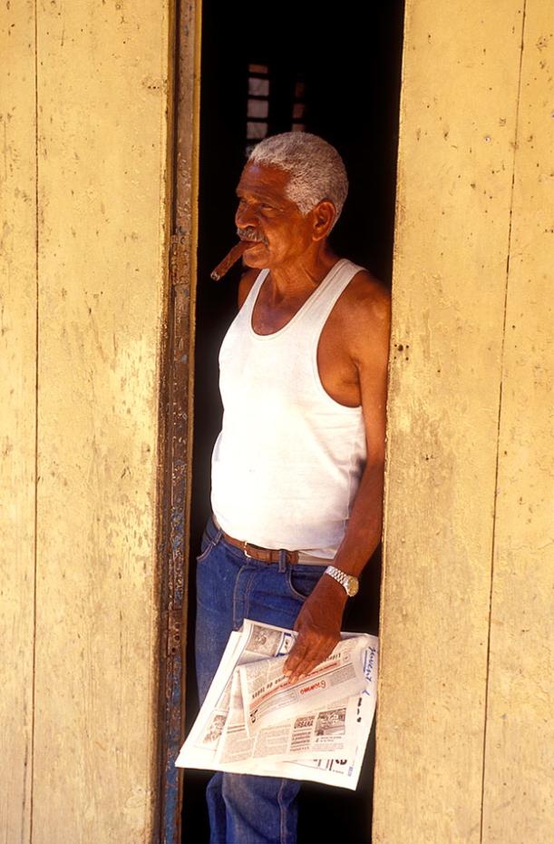 Kuba - Mann mit Zigarre und Zeitung