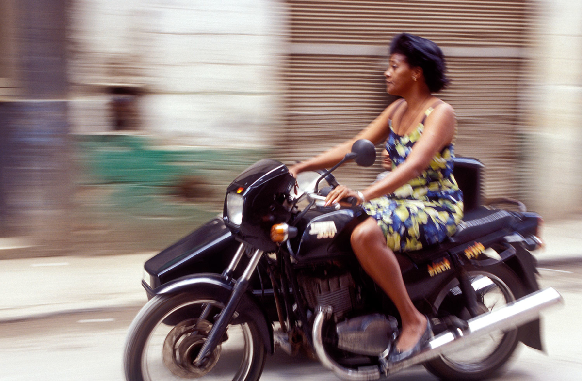 Kuba - Frau auf Motorrad