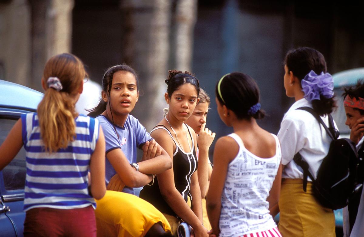 Kuba - Schulmädchen im Gespräch